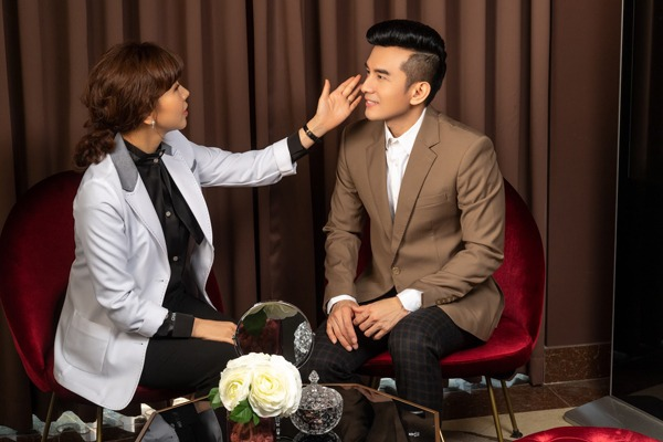 Chuyên gia Hàn Quốc đang tư vấn cho anh Bo Đan Trường liệu trình phù hợp để đạt kết quả tốt nhất.
