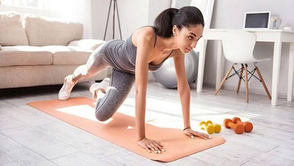 Các bài tập gập bụng được liệt kê vào cách giảm mỡ bụng cho người gầy
