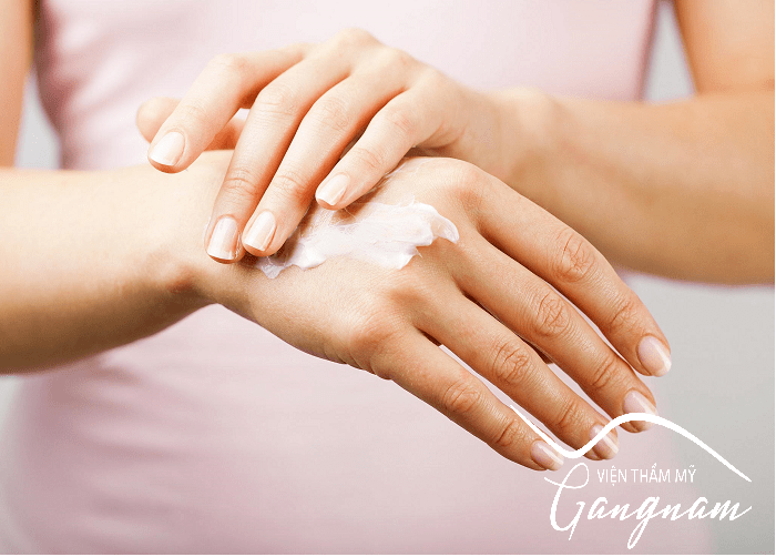 Cách làm căng da bàn tay bằng kem dưỡng ẩm