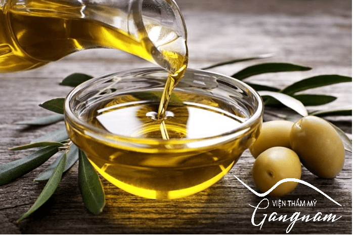 Căng da trán bằng cách massage dầu oliu lên da trán