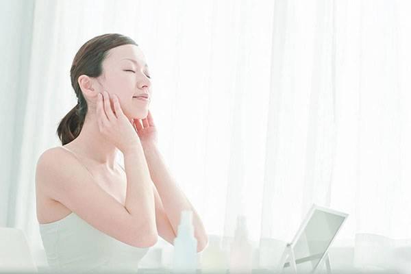 Massage mặt thường xuyên và đúng cách là một phương pháp nâng cơ mặt tại nhà giúp cải thiện làn da chảy xệ