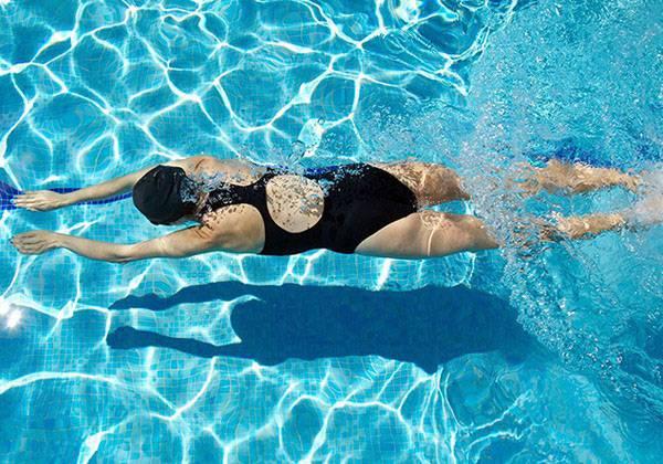 Bơi ếch cũng là một kiểu bơi có thể giảm béo bụng