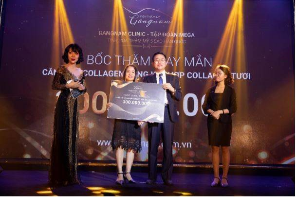 Vị khách hàng may mắn nhận được phần quà trị giá 300 triệu đồng khi thực hiện liệu pháp căng da bằng chỉ Collagen Gold Fiber