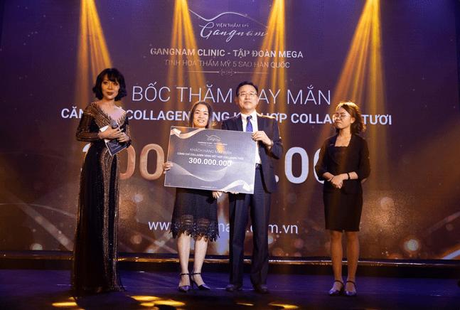 Khách mời may mắn nhận được phần quà trị giá 300 triệu đồng khi thực hiện căng chỉ Collagen Gold Fiber