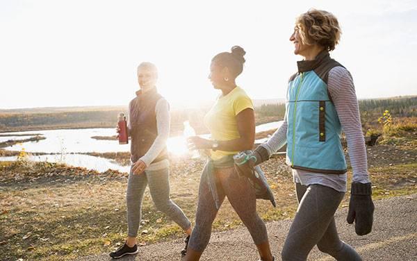 Đi bộ giảm mỡ bụng đồng thời cũng giúp tăng hormone hạnh phúc, giúp chị em thấy yêu đời hơn