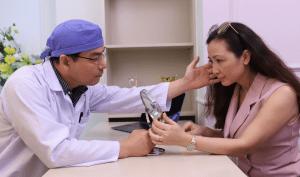 Diễn viên Khánh Huyền được các chuyên gia Hàn Quốc thăm khám và tư vấn sức khỏe làn da