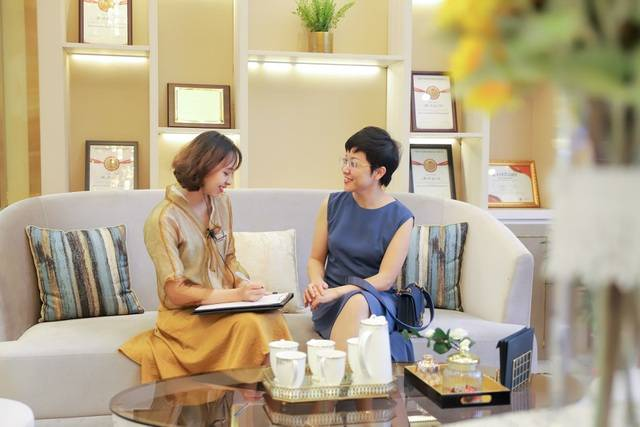 MC Thảo Vân được chuyên gia tư vấn trước khi thực hiện căng da bằng chỉ Collagen Smart Fiber