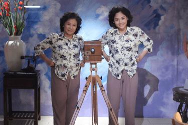 """NSƯT Minh Đức (trái) vai bà Đại trong phim """"Em là bà nội của anh"""""""