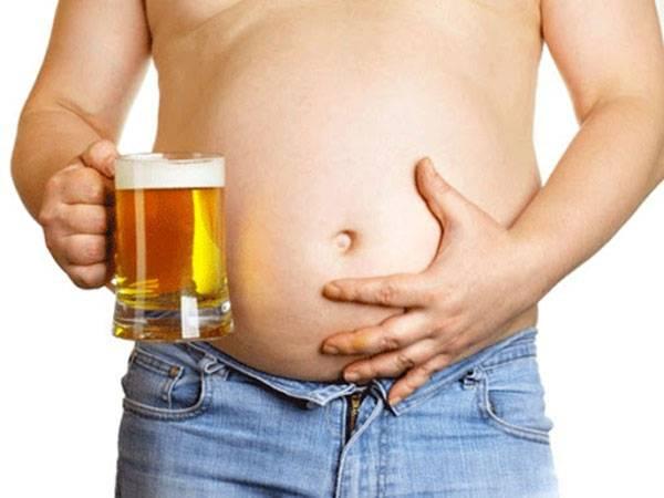 Bia rượu quá nhiều khiến việc giảm mỡ bụng trên trở nên khó khăn