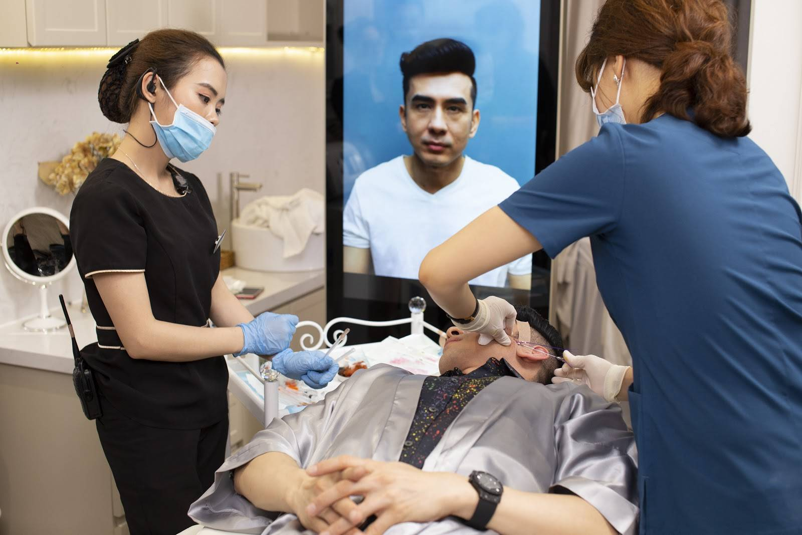 Ca sĩ Đan Trường xóa nhăn vùng mắt với công nghệ căng chỉ Collagen Smart Fiber.