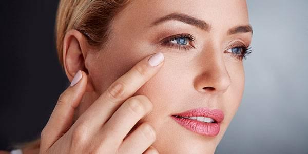 Vùng da quanh mắt sẽ lão hoá sớm hơn nếu như không được chăm sóc đúng cách