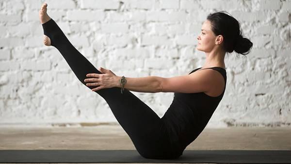 Bài tập yoga giảm mỡ bụng 4: Tư thế con thuyền