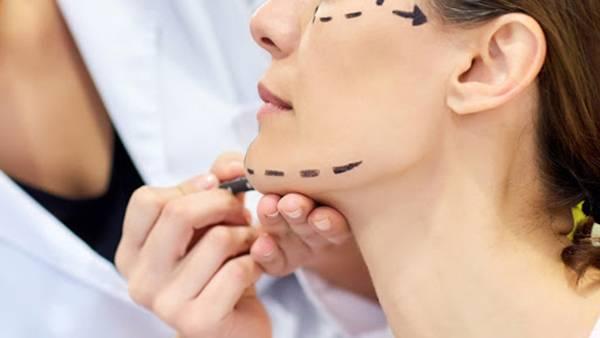 Căng da mặt phẫu thuật là phương pháp có từ rất lâu giúp nữ giới trẻ trung nhanh chóng