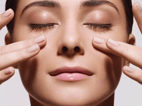Massage là phương pháp giảm mỡ mặt dễ thực hiện để cải thiện tình trạng mỡ thừa vùng mặt
