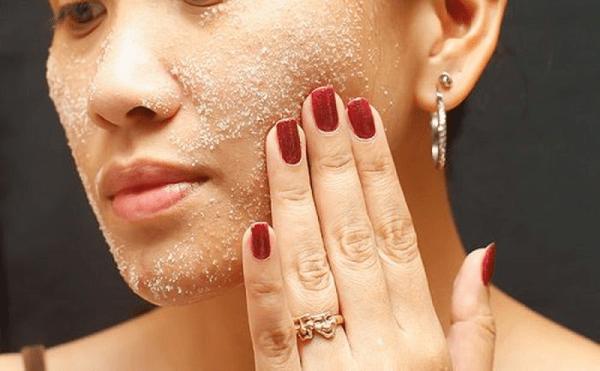 GIảm béo mặt bằng cách Massage với muối