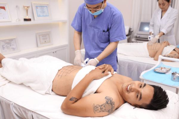 Chuyên gia Hàn Quốc tại Viện thẩm mỹ Mega Gangnam trực tiếp cấy tinh chất hủy mỡ Smart Lipo đê giảm mỡ toàn thân cho nam diễn viên Baggio