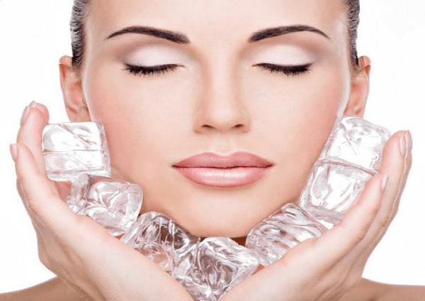 Chườm đá lạnh không chỉ giúp giảm béo mặt mà còn làm se khít lỗ chân lông