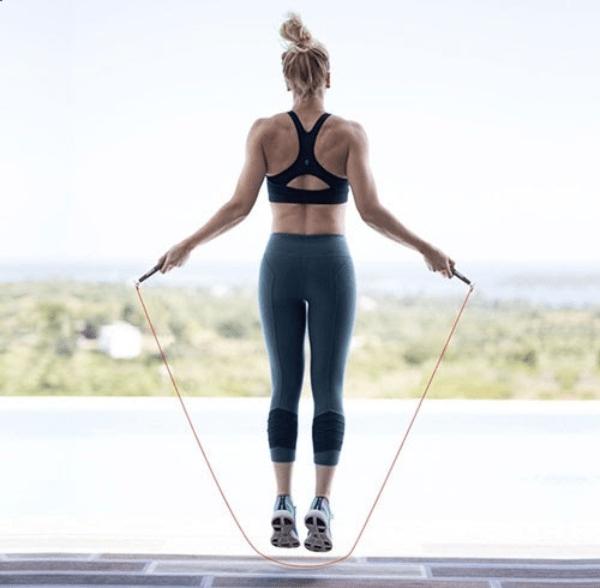 Nhảy dây mỗi ngày giúp giảm mỡ bắp chân