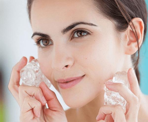chị em có thể sử dụng đá lạnh để massage trực tiếp lên mặt
