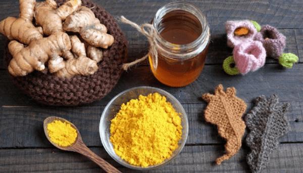 Mật ong và tinh bột nghệ có tính ấm, nóng thích hợp cho các chị em sau sinh muốn giảm mỡ