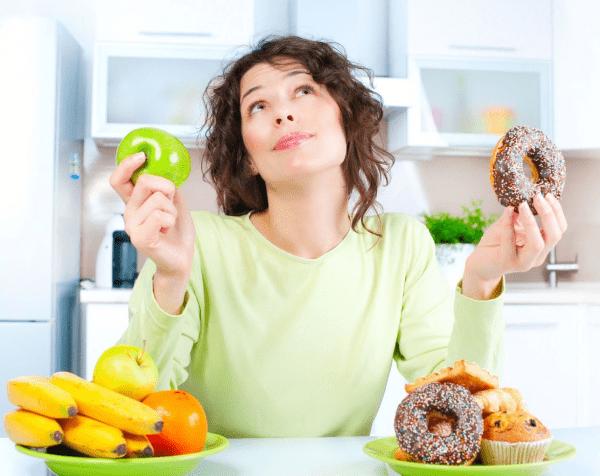 Loại bỏ đồ ăn nhiều đường ra khỏi thực đơn hằng ngày để có thể giảm mỡ cánh tay hiệu quả