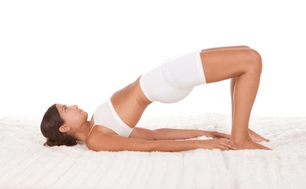 Hít thở đều đặn khi nâng và hạ mông
