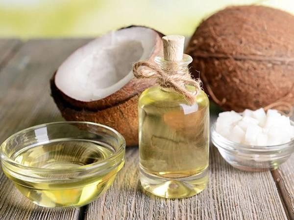 Sử dụng dầu dừa nguyên chất thường xuyên không chỉ dưỡng ẩm da mà giúp da căng bóng