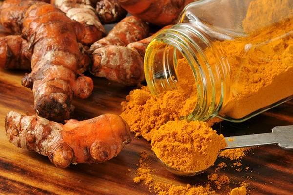 Dầu dừa kết hợp với tinh bột nghệ giúp da nhanh chóng trở nên mềm mại & láng mịn
