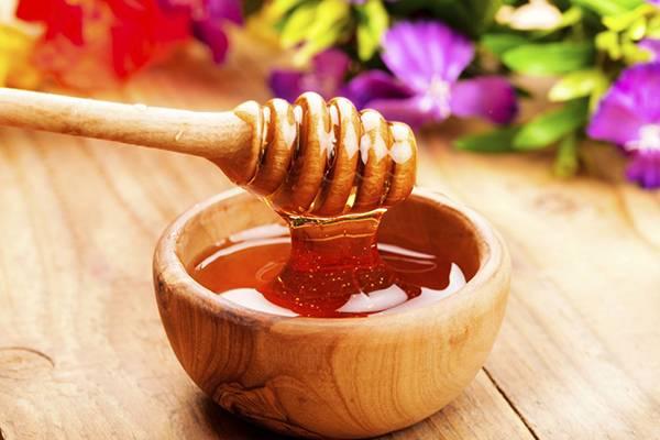 Mật ong là nguyên liệu không thể thiếu làm nên hỗn hợp làm căng da mặt với dầu dừa