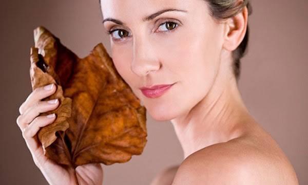 Do là vùng da mỏng, lại không được chăm chút kỹ lưỡng như da mặt, da cổ thường lão hóa sớm hơn