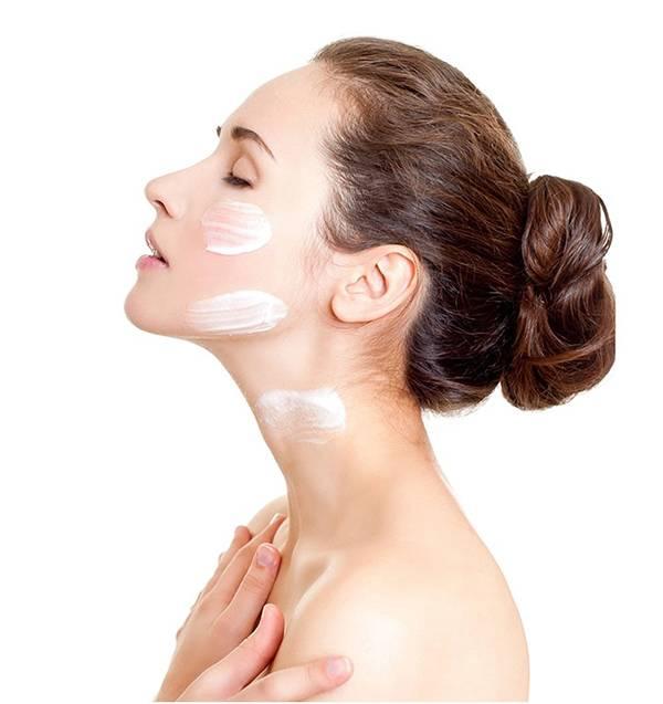 Bên cạnh việc sử dụng kem dưỡng ẩm cho da mặt, hãy dưỡng ẩm cho cả da cổ để ngăn ngừa lão hóa nhé