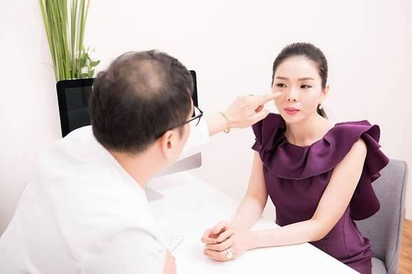 Ca sĩ Lệ Quyên được bác sĩ tại Viện thẩm mỹ Mega Gangnam tư vấn kiệu trình cấy căng bóng da Chanel