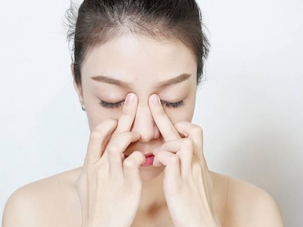 Thực hiện massage xóa nếp nhăn ở mắt khi cười