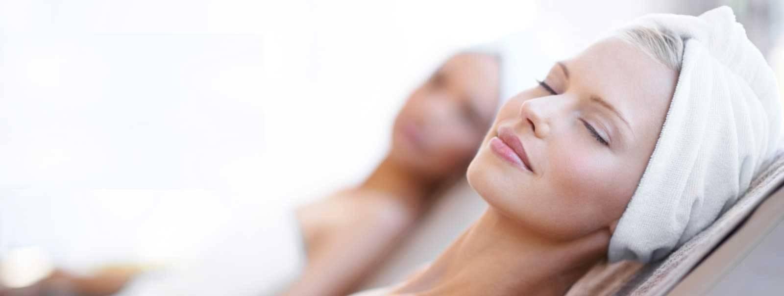 Massage mặt bằng nước muối nóng là cách làm mặt thon gọn trong 1 tuần hiệu quả