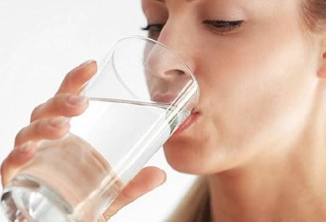 Nước giúp giảm béo mặt bằng cách thanh lọc cơ thể & thúc đẩy đào thải mỡ thừa