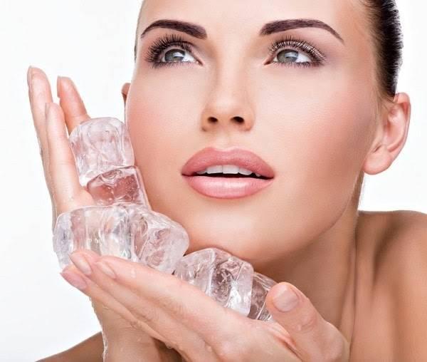 Chườm đá lạnh là phương pháp tự nhiên giúp giảm béo mặt cấp tốc trong 3 ngày