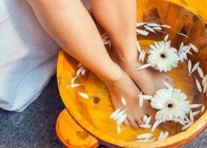 Ngâm chân nước ấm vừa thư giãn vừa giúp giảm bắp chân hiệu quả