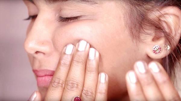 Nếp nhăn trên mặt ở 2 bên gò má không chỉ khiến chị em trông già trước tuổi mà còn là biểu hiện của các bệnh liên quan đến mạch máu