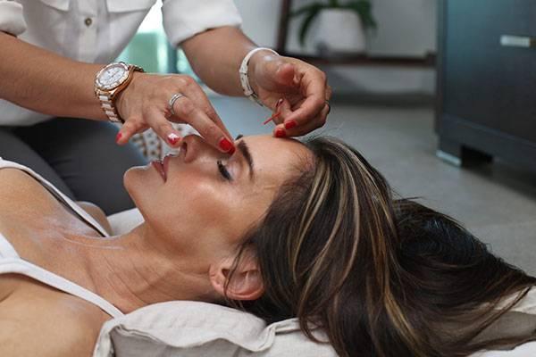 Massage mặt giúp kích thích tuần hoàn máu, từ đó, thúc đẩy quá trình thải độc da