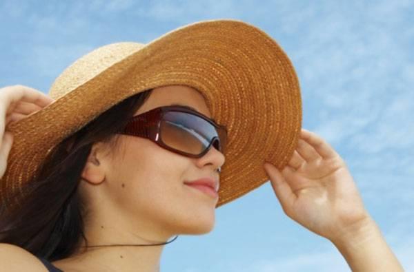 Hạn chế đi ra ngoài không che chắn là cách chăm sóc da sau khi nặn mụn tốt nhất