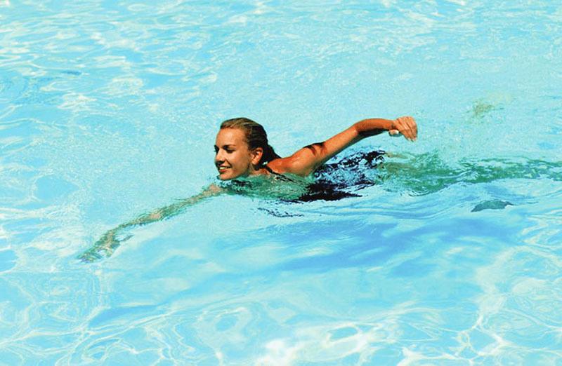 Bơi lội có tác động tốt đến việc thu nhỏ size vòng 1