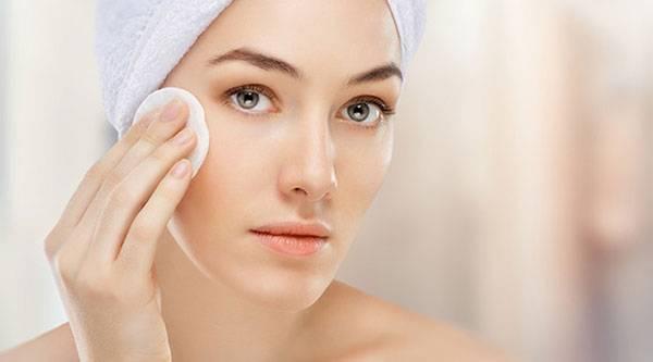 Sử dụng bông tẩy trang hoặc khăn mềm thấm nước sau khi đã rửa mặt sạch