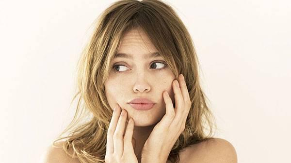 Chạm tay lên mặt nhiều cũng khiến da mặt dễ kích ứng