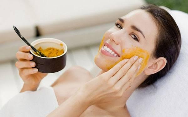 Mặt nạ cà chua & tinh bột nghệ giúp xóa nám, trị tàn nhang rất tốt