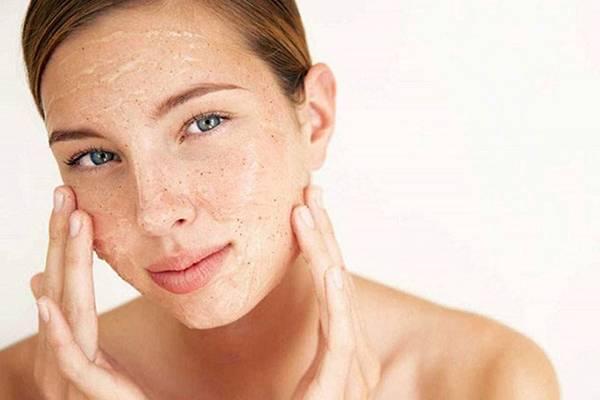 Cách thu nhỏ lỗ chân lông mặt hiệu quả đó là tẩy da chết để đảm bảo làn da luôn sạch sẽ, khô thoáng