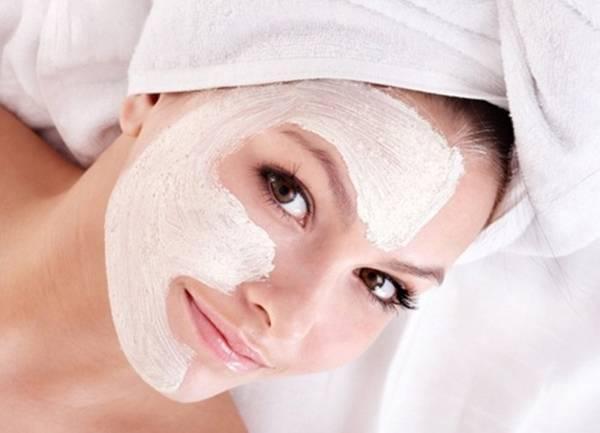 Đắp mặt nạ là cách để cấp ẩm cho da dầu vô cùng hiệu quả
