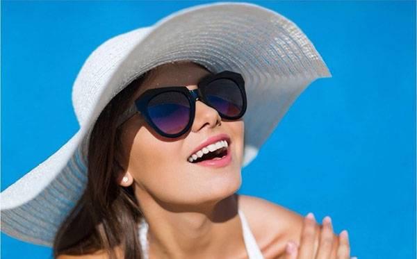 Đừng quên đeo kính râm hoặc bôi kem chống nắng để chăm sóc da vùng mắt nhé