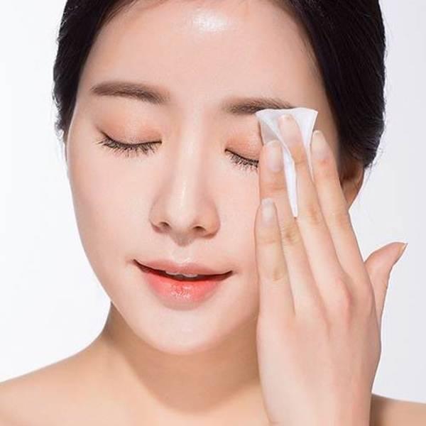 Tẩy trang là bước quan trọng trong việc chăm sóc da khô