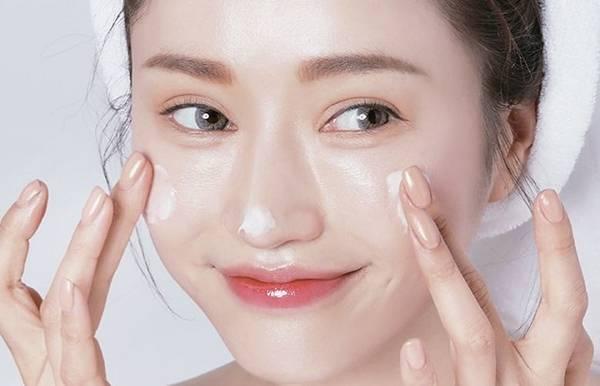 Dưỡng ẩm cho da là bước quan trọng trong quy trình chăm sóc da khô