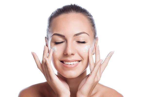 Chăm sóc da mặt sau khi điều trị cấp ẩm là bước quan trọng để da luôn tươi tắn sau khi nâng cơ mặt bằng sóng RF
